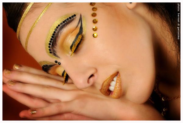 Maquillaje temático en tonos dorados...