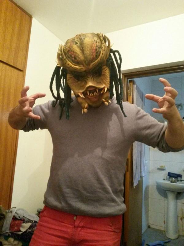 máscara de depredador elaborada con diferentes materiales