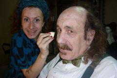 Maquillando en el camarìn de Teatro Nacional Cervantes al maestro Roberto Catarineu